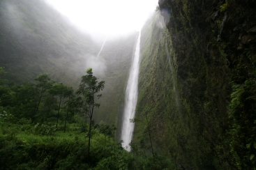 Waipio_waterfall